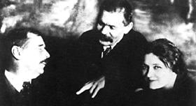 Уэллс, Горький и их переводчица Мария Игнатьевна Бенкендорф, впоследствии баронесса Будберг, в Петрограде (1920 г.).